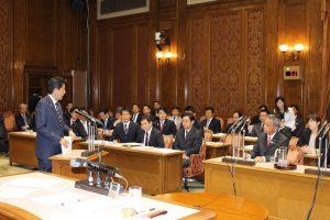 (写真)総理からの答弁を聞く高橋議員